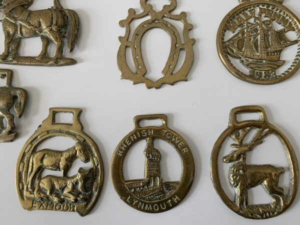 Lot de 11 decorations anciennes en laiton pour sangle de cheval